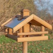 """Fågelbord """"Grota"""" - högvärdigt fågelhus i trä, inkl. stativ, VOSS.garden"""