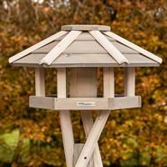 930330-1-vackert-fågelbord-i-trä-fågelvilla-vit-voss.garden.jpg