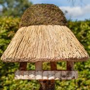 930415-1-fågelhus-halmtak-runt-fågelbord-föhr-voss.garden.jpg