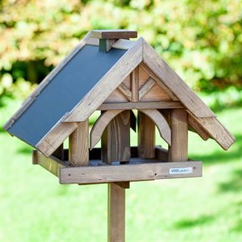 930311-1-fågelbord-i-trä-herte-fågehus-på-stolpe-voss.garden.jpg