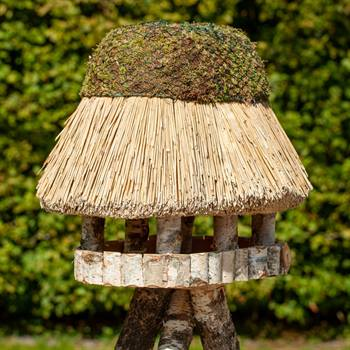 930403-1-fågelbord-pellworm-fågelhus-trä-halmtak-oval-fågelmatare-voss.garden.jpg