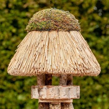 930406-1-fågelhus-amrum-fågelhus-i-björkträ-med-vasstak-voss.garden.jpg