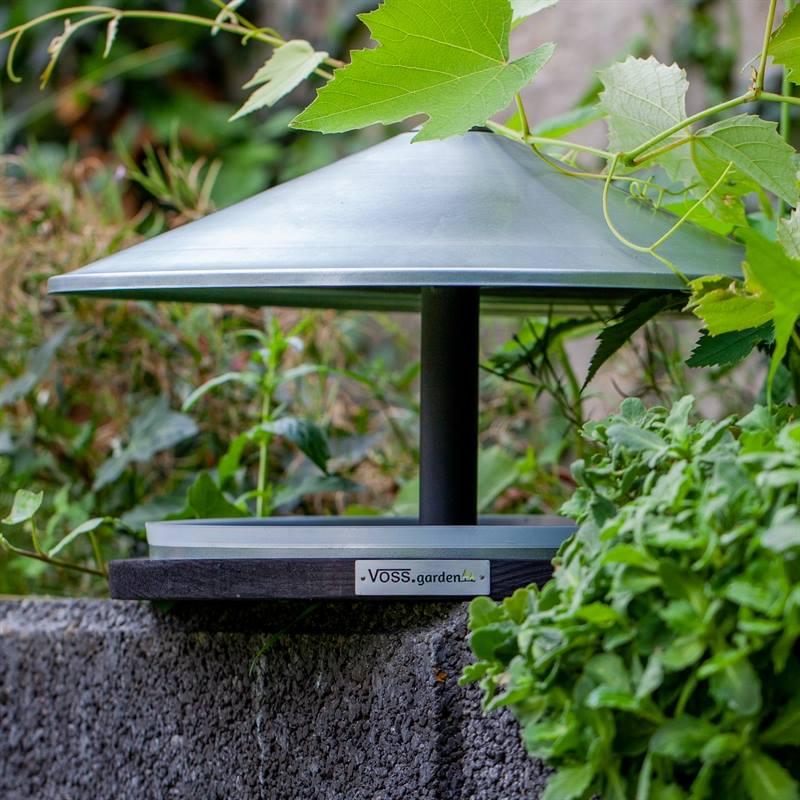 930132-7-fågelbord-med-galvat-tak-fågelhus-i-trä-voss-garden.jpg