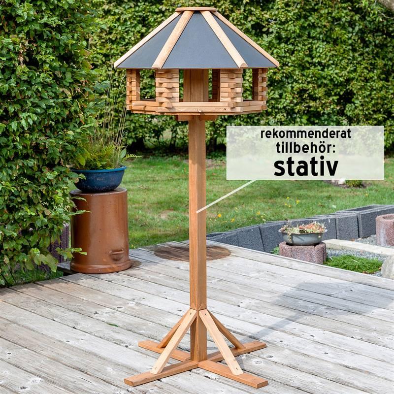 930300-2-fågelbord-i-trä-med-stativ-som-tillbehör-vackert-fågelbord-voss.garden.jpg