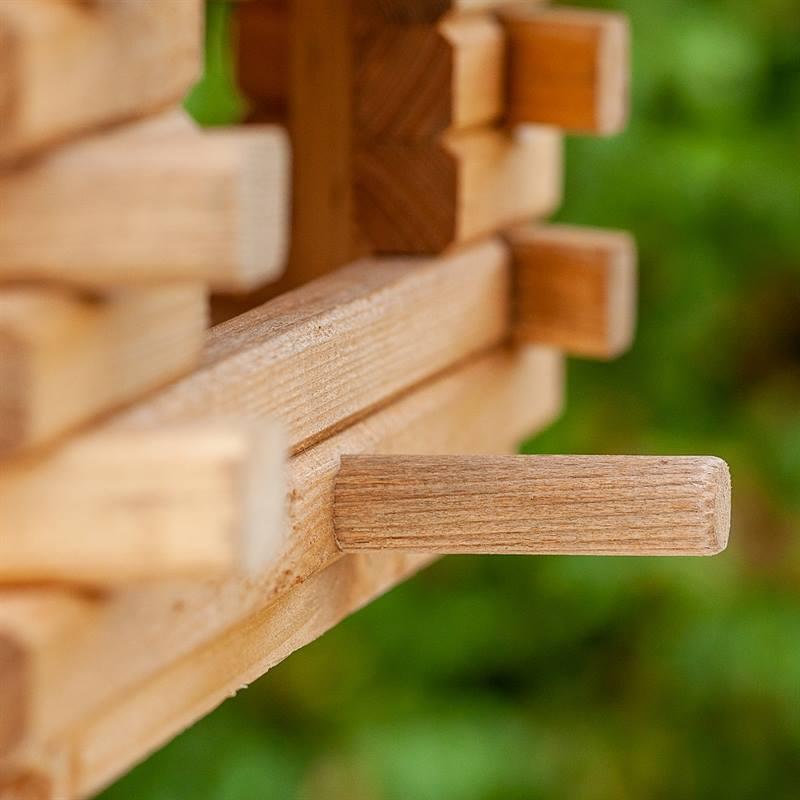 930300-5-stor-fågelmatare-i-trä-med pinne-fågelbord-voss.garden.jpg