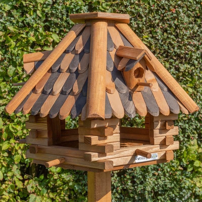 930320-fagelbord-lillehus-stort-fagelbord-tra-vacker-fagelmatare-voss-garden.jpg