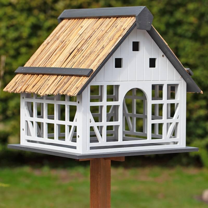 930362-2-vitlackerat-fågelbord-halmtak-lantlig-stil-fågelvilla-VOSS.garden.jpg