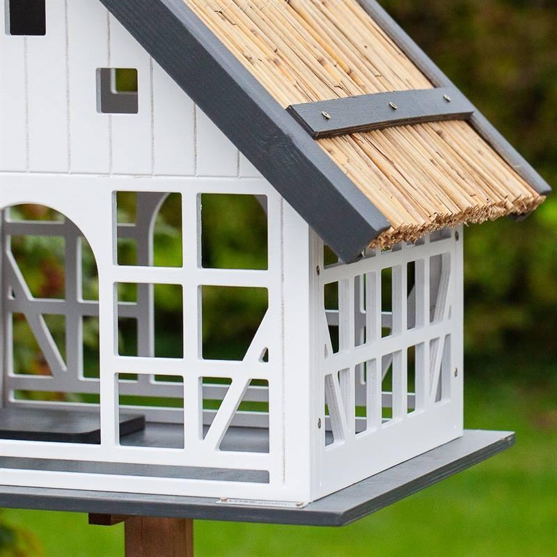 930362-5-stort-fågelhus-Lindau-fågelvilla-halmtak.voss.garden.jpg