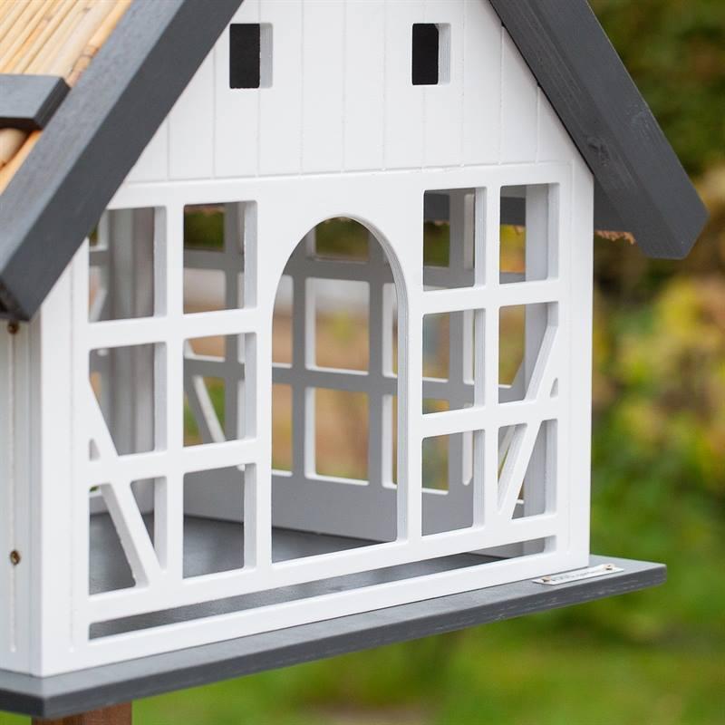 930362-6-fågelmatning-året-om-med-snyggt-fågelbord-fågelvilla-lantlig-stil-trä-voss.garden.jpg