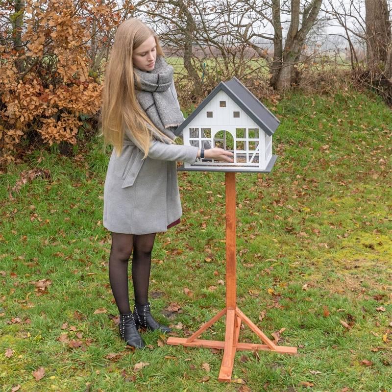 930365-voss-garden-fachwerk-vogelhaus-belau-mit-standfuss.jpg