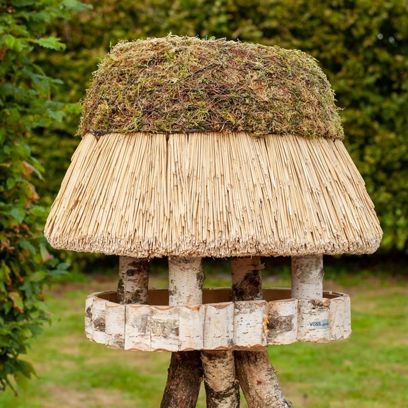 930400-1-fågelbord-pellworm-fågelhus-trä-halmtak-oval-fågelmatare-voss.garden.jpg