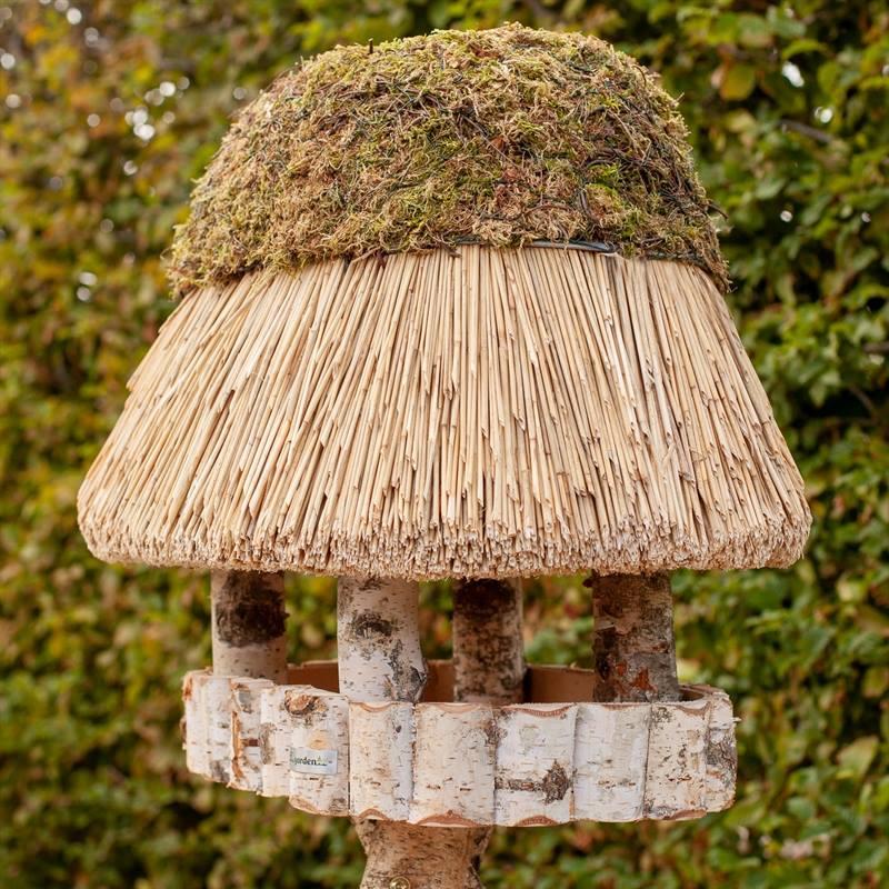 930400-2-fågelhus-pellworm-fågelbord-trä-halmtak-oval-fågelmatare-voss.garden.jpg