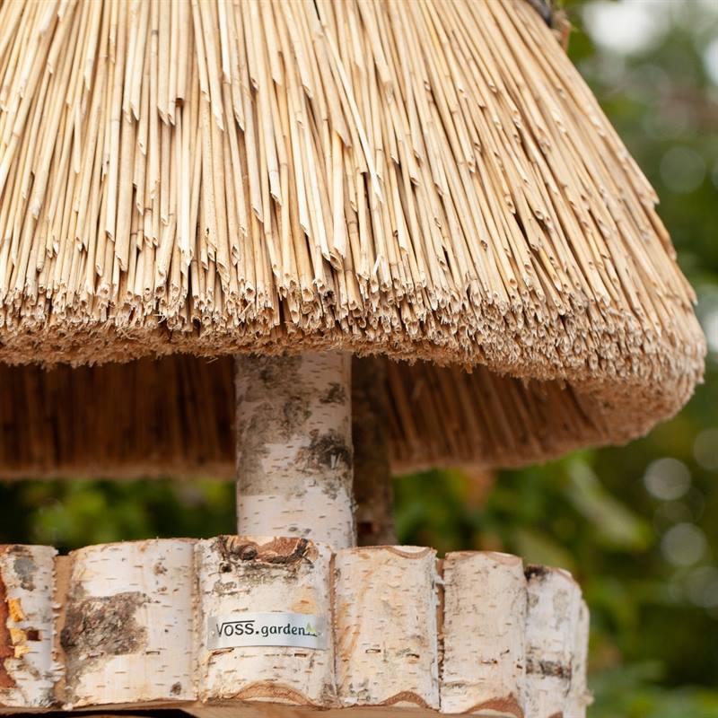 930400-3-snyggt-fågelhus-pellworm-högvärdigt-fågelbord-trä-halmtak-voss.garden.jpg