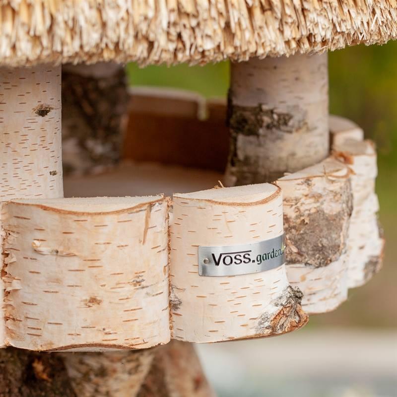 930409-2-fågelhus-rund-björkträ-med-vasstak-för-upphängning-utan-stativ.voss.garden.jpg