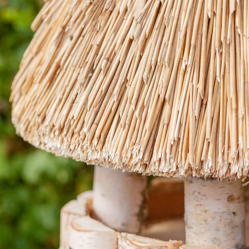 930409-3-halmtak-runt-fågelhus-med-dekorativt-charmigt-vasstak-fågelmatning-VOSS.garden.jpg