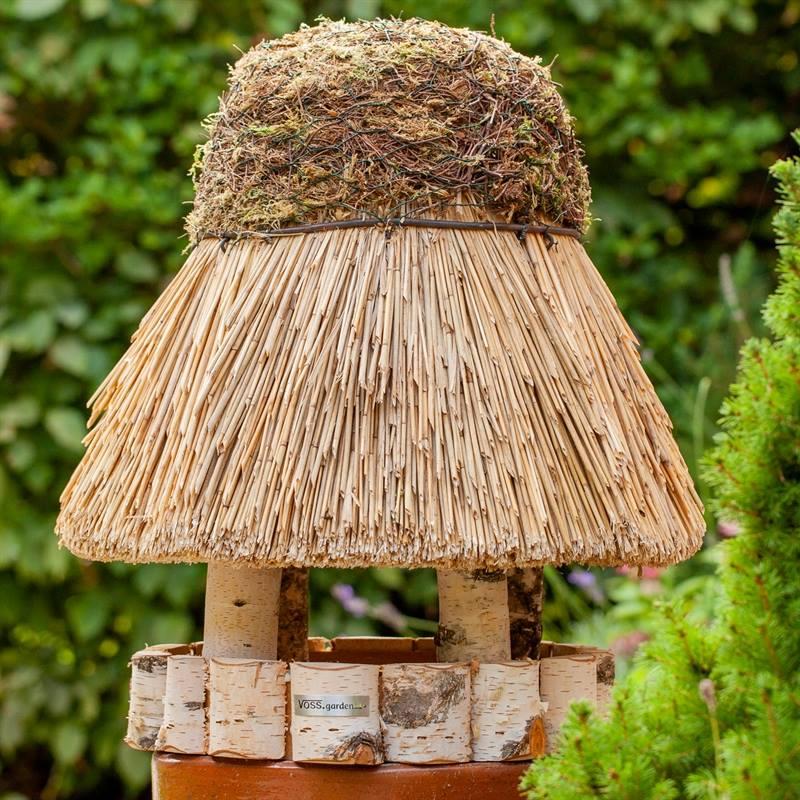930409-5-stilrent-fågelhus-trä-halmtak-VOSS.garden.jpg