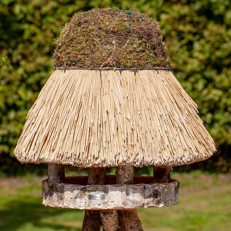930412-1-fågelhus-halmtak-runt-fågelbord-föhr-voss.garden.jpg
