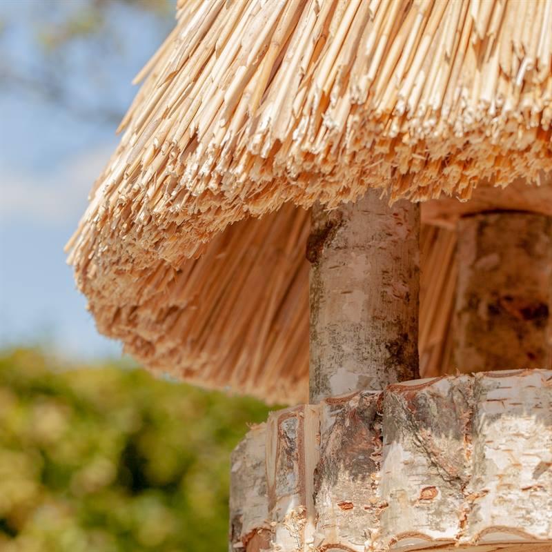 930412-3-fågelhus-med-charmigt-halmtak-handgjord-voss.garden.jpg