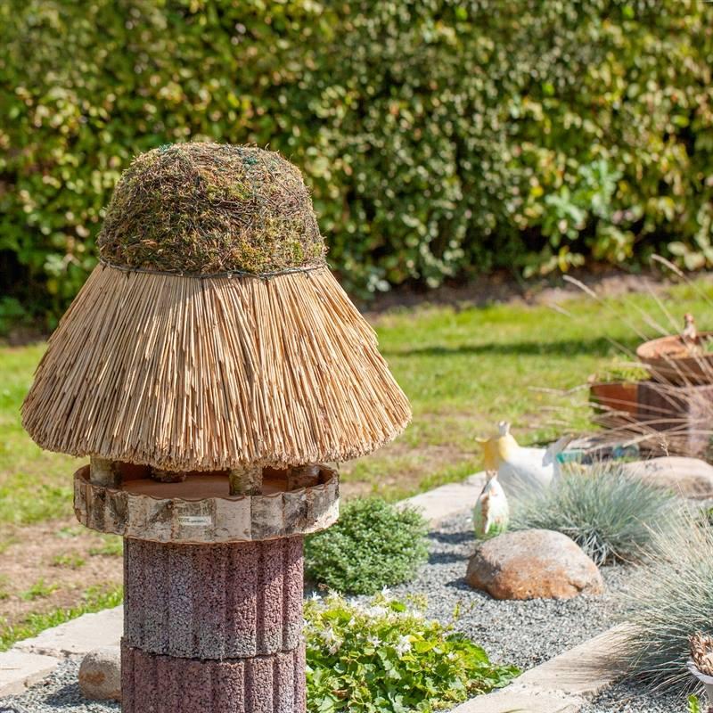 930412-4-fågelbord-foehr-halmtak-vasstak-fågelmatning-voss.garden.jpg