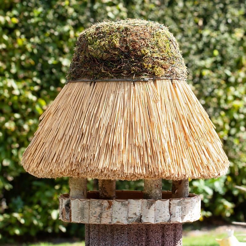930412-6-fågelbord-halmtak-utan-stolpe-fågelhus-runt-voss.garden.jpg