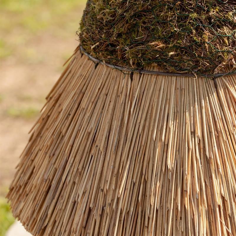 930412-7-runt-snyggt-fågelbord-naturlig-fågelmatare-trä-björk-halmtak-voss.garden.jpg