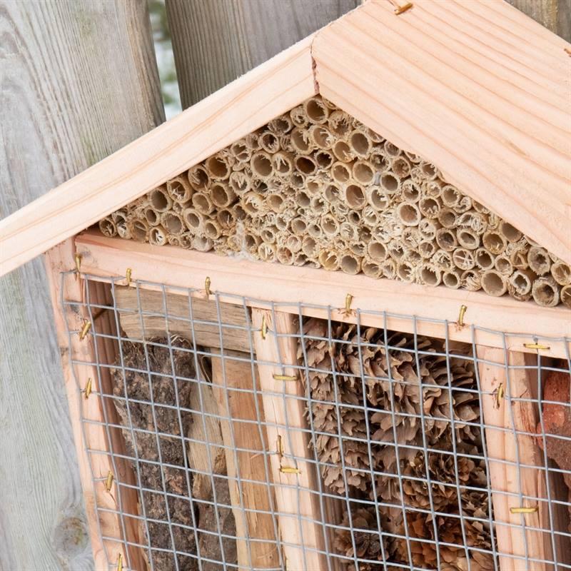 930702-6-voss-garden-insektenhotel-mit-gitter.jpg