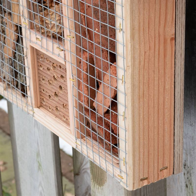 930702-9-voss-garden-insektenhotel-mit-schutzgitter.jpg