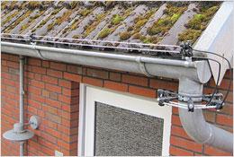 Isolator för skydd mot mårdar, kläms fast på takrännan.